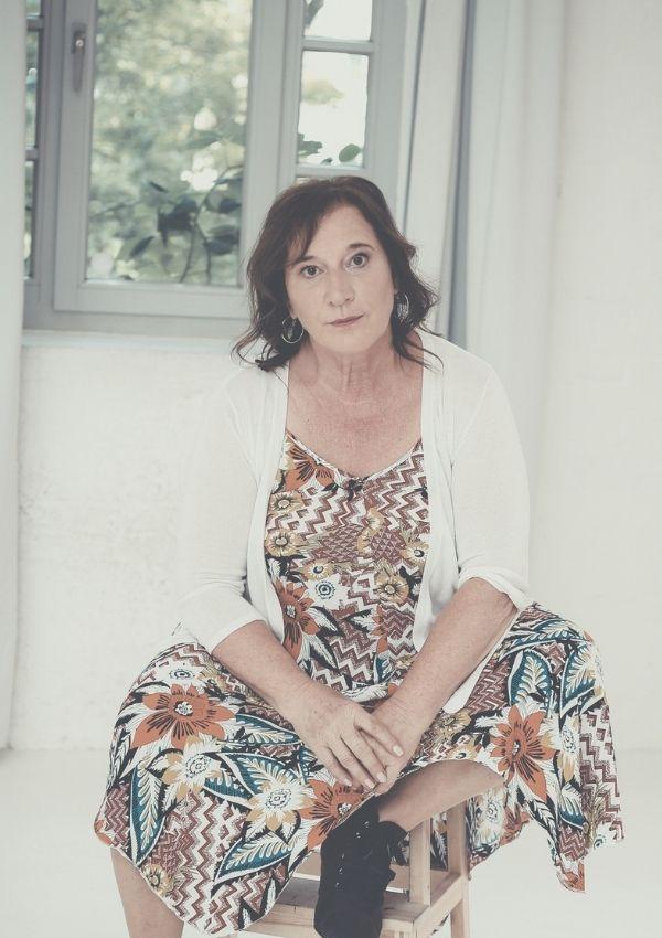 Janne Loy, Autorin, vor einem geöffneten Fenster